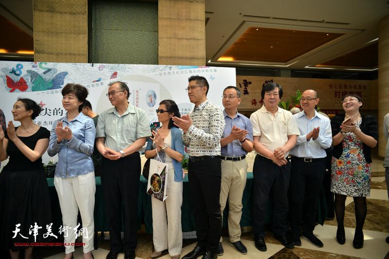 左起:赵枚、刘晓津、赵放、路玉兰、程亚杰、张伟力、史振岭、马驰、张玲在首发现场。