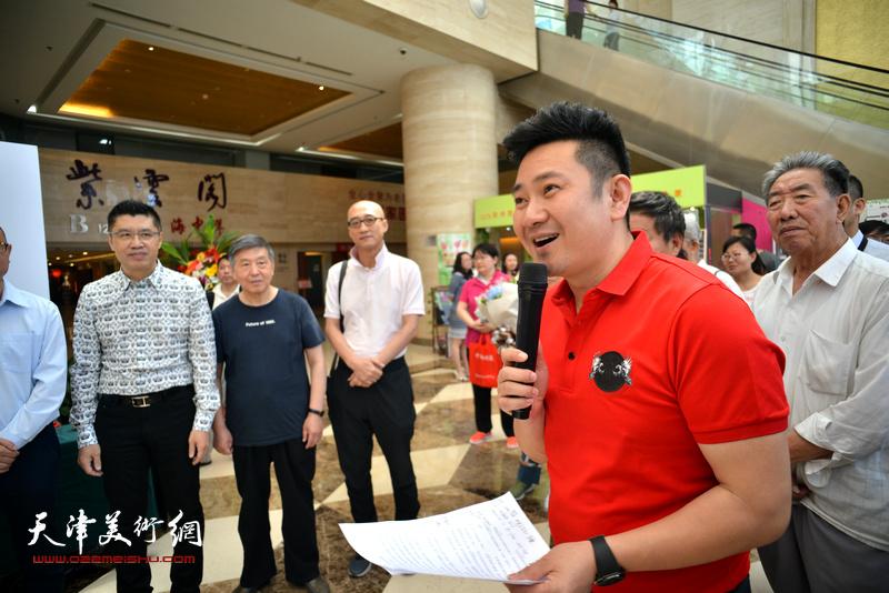 天津电视台著名节目主持人朱懿主持首发签售活动。