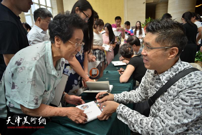 赵枚、杜仲华、程亚杰在首发现场为读者签售。