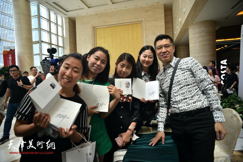 程亚杰与青年读者在首发现场。