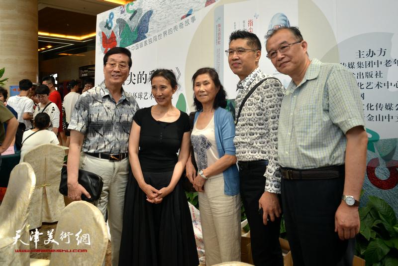 左起:杜仲华、赵枚、路玉兰、程亚杰、赵放在首发现场。