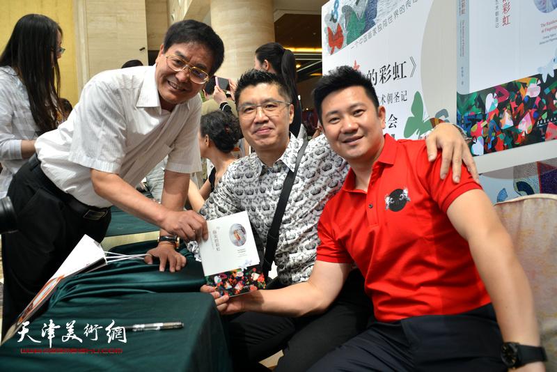 程亚杰、贾建茂、朱懿在首发签售现场。
