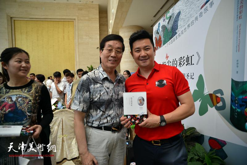 杜仲华、朱懿在首发签售现场。