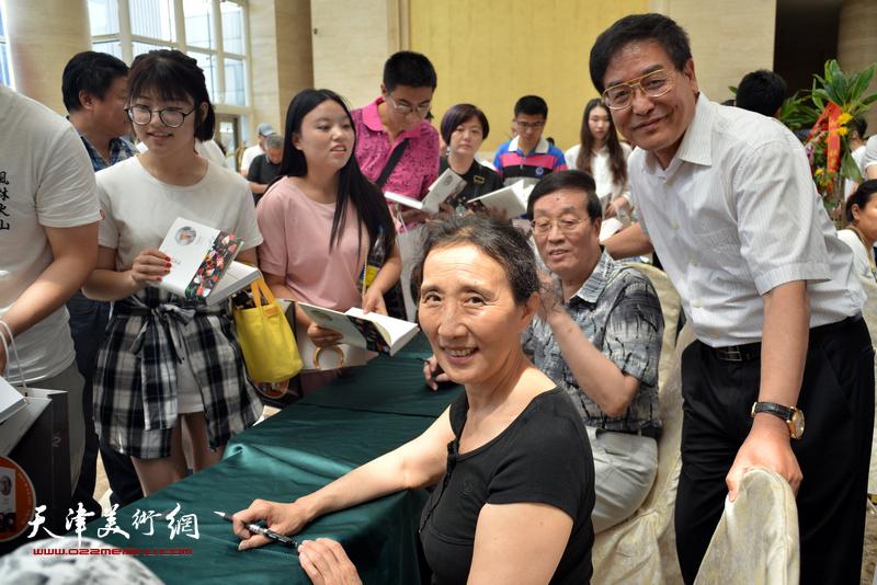 赵枚、杜仲华、贾建茂在首发现场为读者签售。