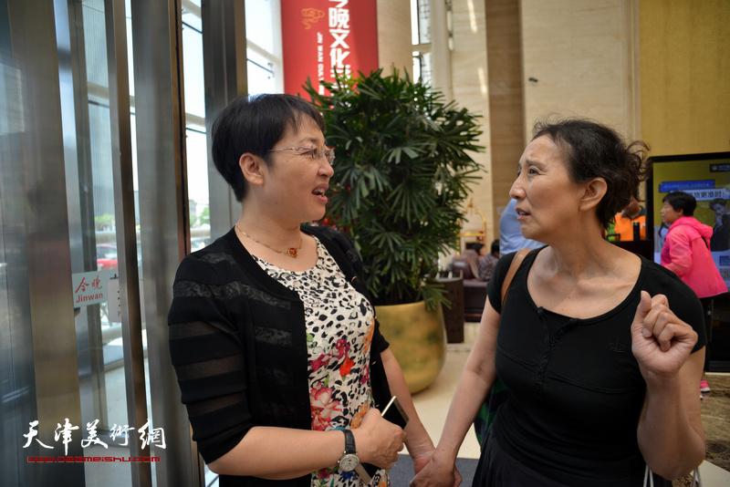 张玲、赵枚在首发签售现场交谈。