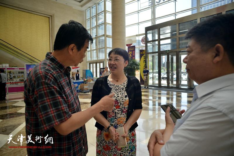 张玲、姜维群、张养峰在首发签售现场交谈。