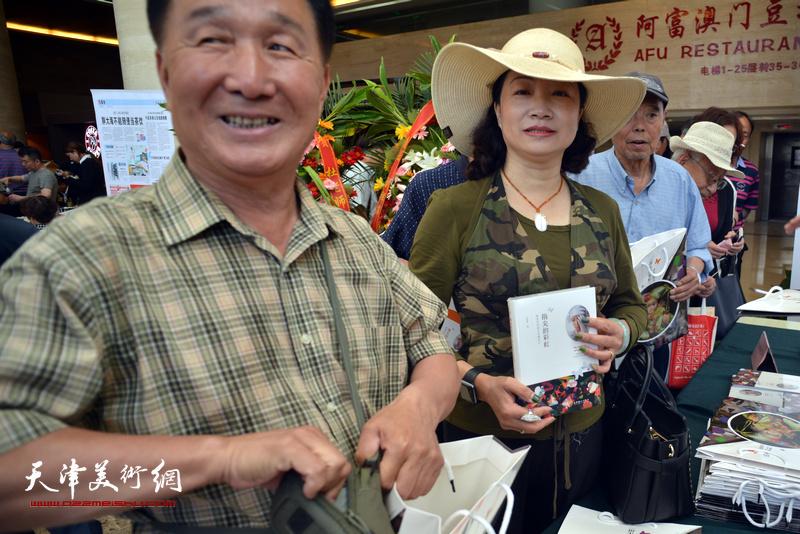 王霭馨等在首发签售现场。