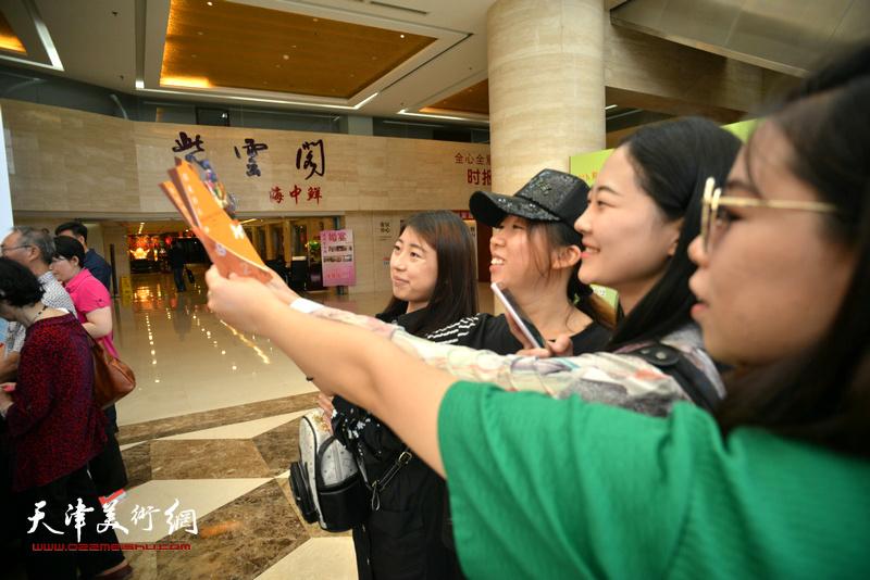 参加团购的青年读者在首发签售现场。