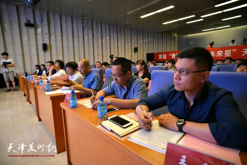 王征、孙立明在专家评委席上。