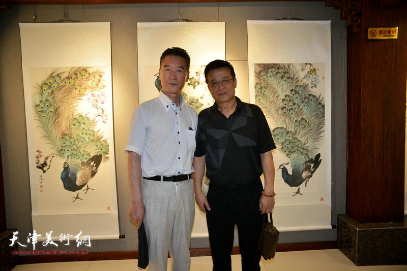 陈之海与嘉宾在画展现场。