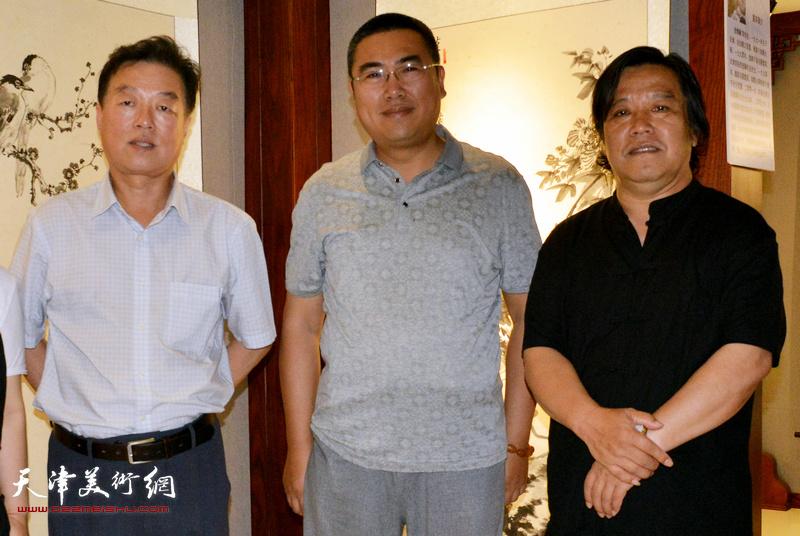 徐伯全(中)与李耀春、杨建国在画展现场。