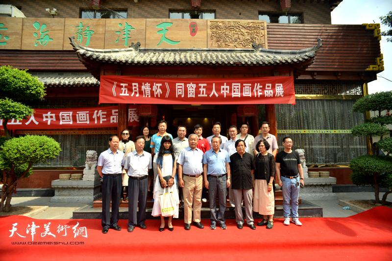 邢才芝、唐云来、李锋、刘国胜、李耀春、潘津生等与五位参展画家以及来宾在画展现场。