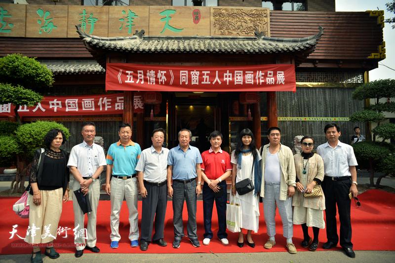 刘国胜、杨建国、李增亭与参展画家在开幕仪式现场。