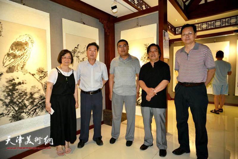 左起:赵娟、杨建国、徐伯全、李耀春、潘津生在展览现场。
