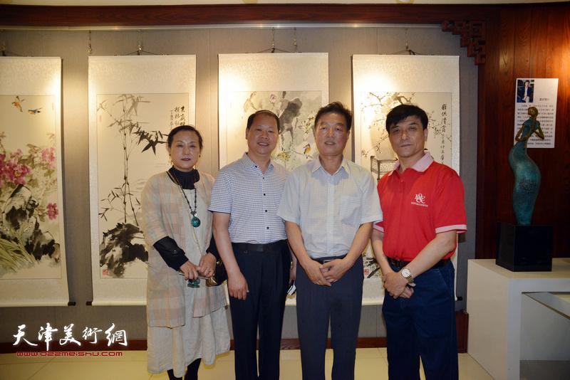 左起:范凤春、李锋、杨建国、王群英在展览现场。