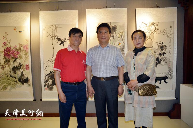左起:王群英、邢才芝、范凤春在展览现场。