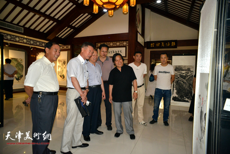李锋、李耀春、潘津生、陈之海在观看展品。