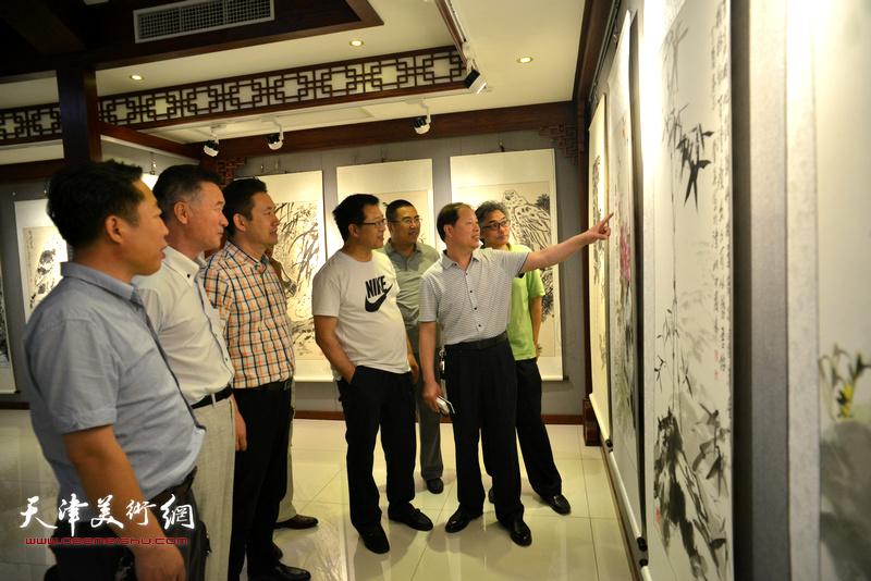 李锋、陈之海徐伯全与观众在观看展品。