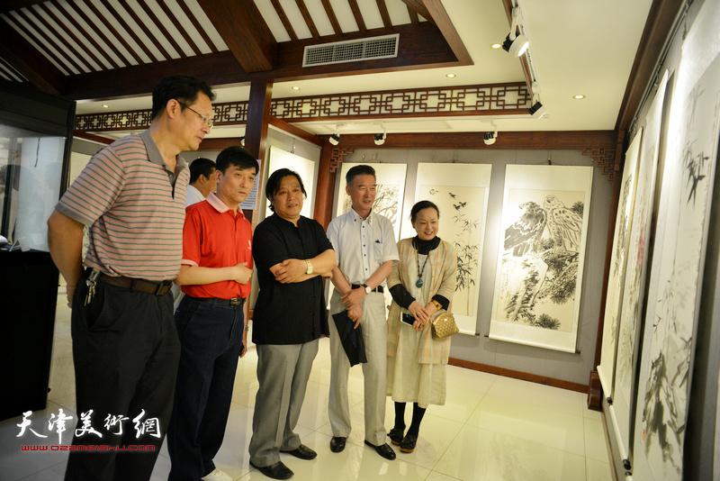 李耀春、潘津生、王群英、陈之海、范凤春在观看展品。