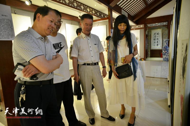 李锋、陈之海、杨晓君在观看展品。