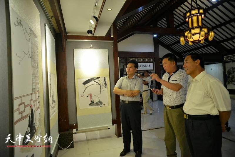 邢才芝与来宾在观看展品。