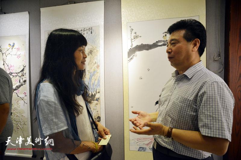 邢才芝、杨晓君在画展现场交流。