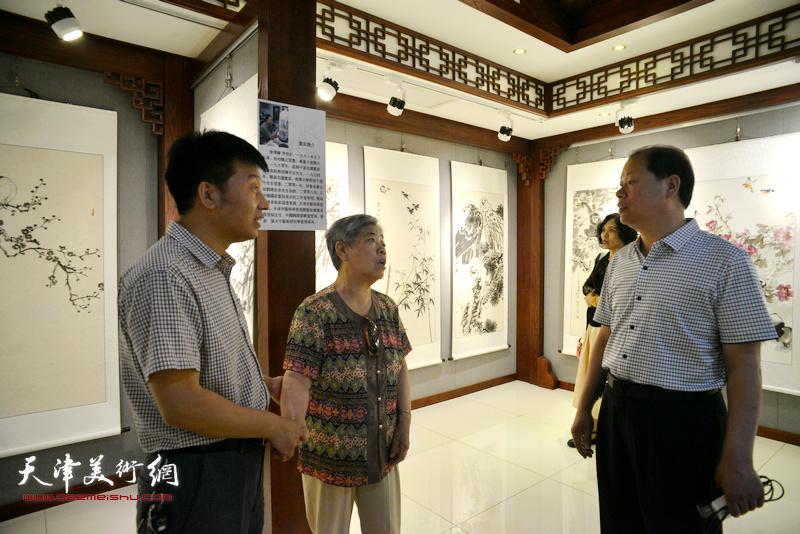 李锋与嘉宾在画展现场交流。