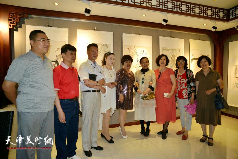 王群英、陈之海、徐伯全与来宾在画展现场。