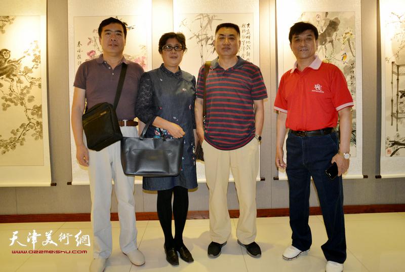 王群英与丁深等嘉宾在画展现场。