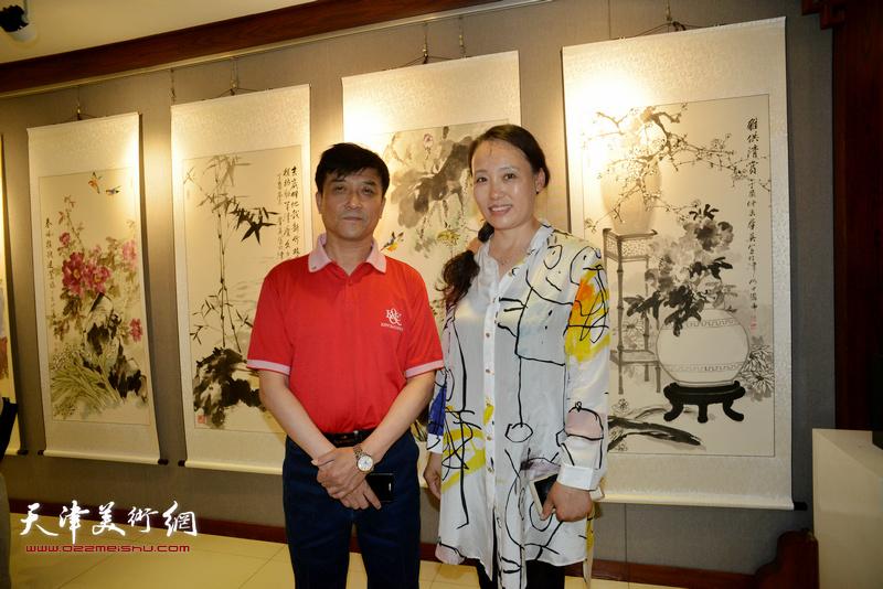 王群英与王秀青在画展现场。