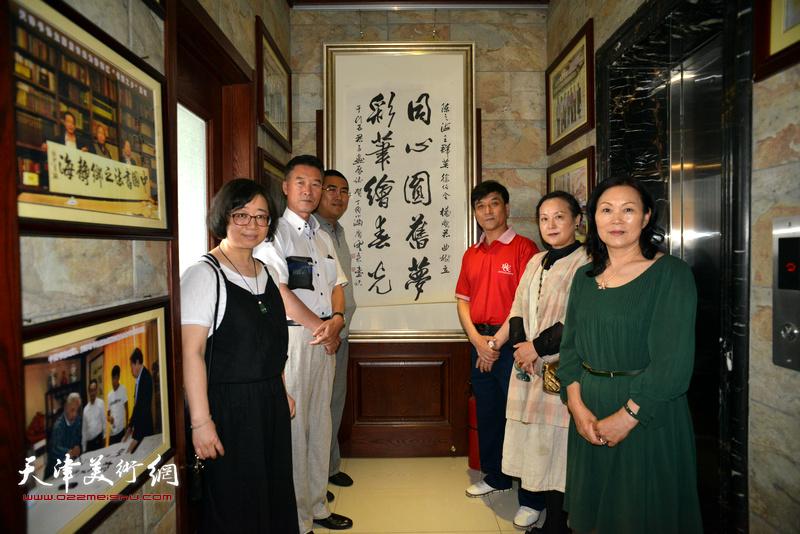 王群英、陈之海、徐伯全、范凤春、郭洪燕、赵娟在画展现场。