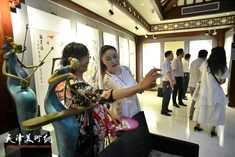 """""""五月情怀·同窗五人中国画作品展""""现场。"""