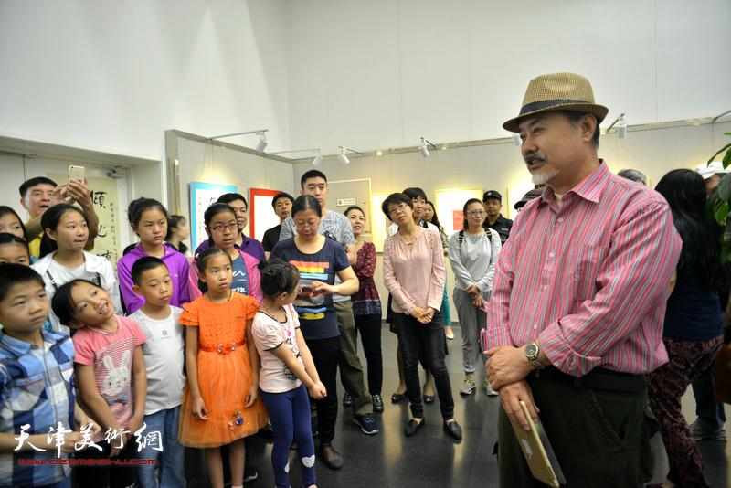 天津著名油画家张树德希望孩子们用眼去发现,用脑去判断,用心去感悟。