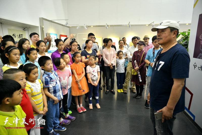 """天津工艺美院""""校友之星""""王平鼓励孩子们努力创作出更多更好的珠光画。"""