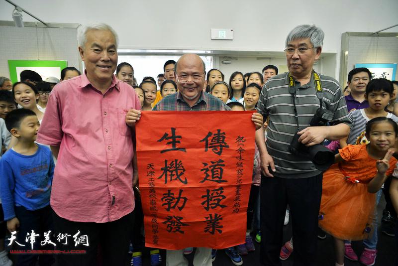 """天津工艺美校染织一年级同学为余传生送上""""传道授业 生机勃发""""贺词。"""