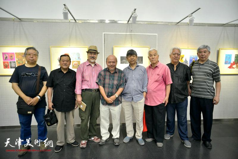 左起:石增琇、董铁山、张树德、余传生、张礼军、高汝森、齐玉清、王一兵在画展现场。