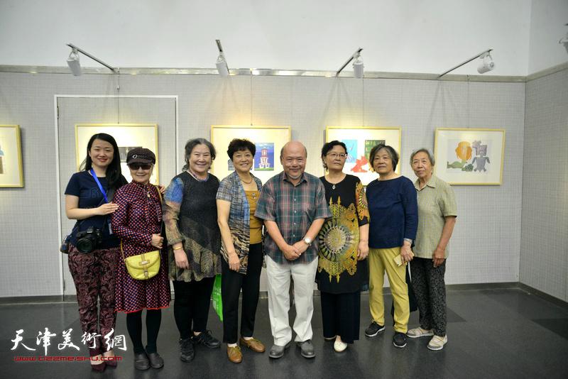 左起:余悦、吴薇、李桂玲、高晓英、余传生、吴美玉、杨宏安、霍燃红在画展现场。