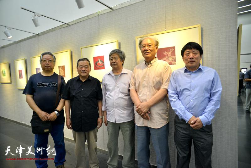 左起:石增琇、董铁山、安玉恺、何延喆、高原春在画展现场。