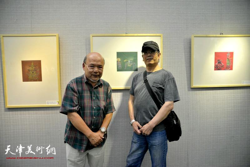 余传生、王春山在画展现场。