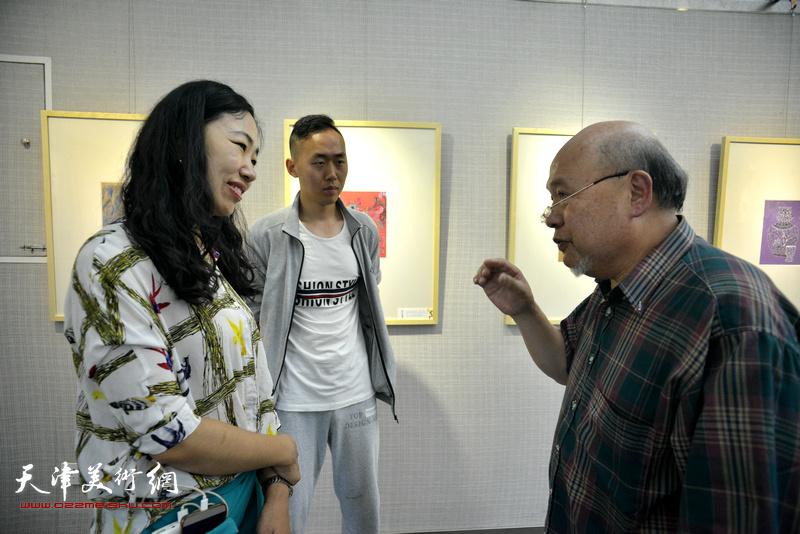余传生与郝艺在画展现场交流。