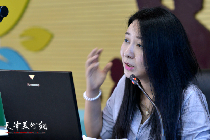 面塑艺术家刘芳讲解中国民间传统艺术面塑的发展历程。