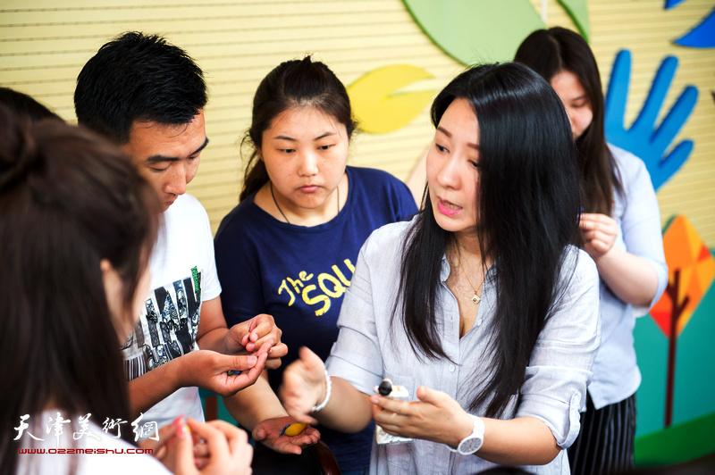 刘芳与老师们互动。