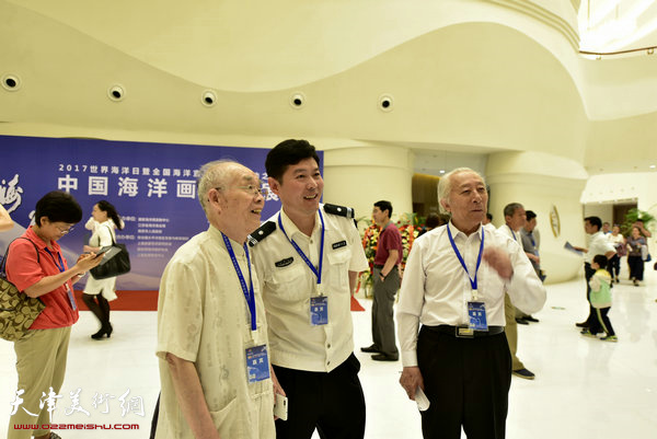 郭文伟向海洋画派创始人宋明远及嘉宾介绍《时代心声》创作