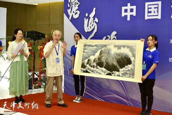 郭文伟致捐赠辞并介绍捐赠的海洋画。