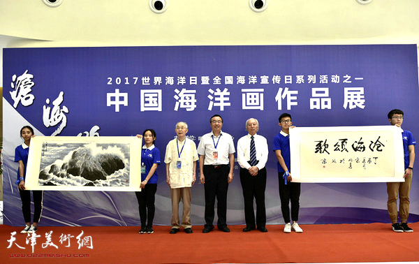 大会组委会领导沈毅接受宋明远《沧海颂歌》、郭文伟《天籁交响》捐赠作品