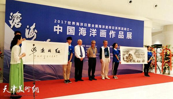 大会组委会领导赵晓涛接受宋明远《红日出海》、陈明《激浪》捐赠作品