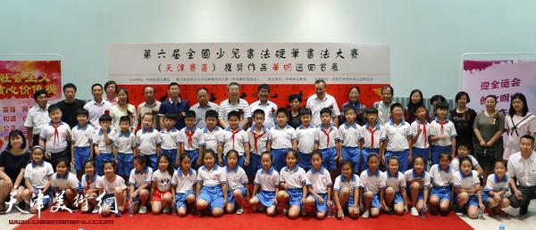 第六届全国少年儿童书法、硬笔书法大赛(天津赛区)获奖作品巡回展现场。