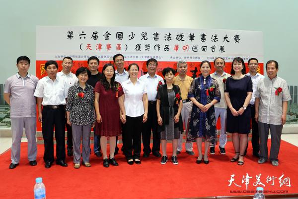 与会领导和嘉宾在展览现场。