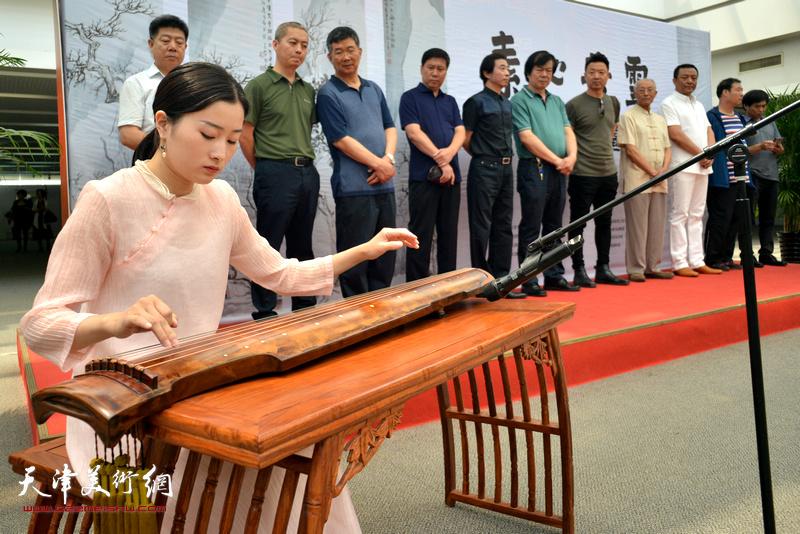青年古琴演奏者黄紫薇弹奏《归去来辞》、《流水》为现场助兴。