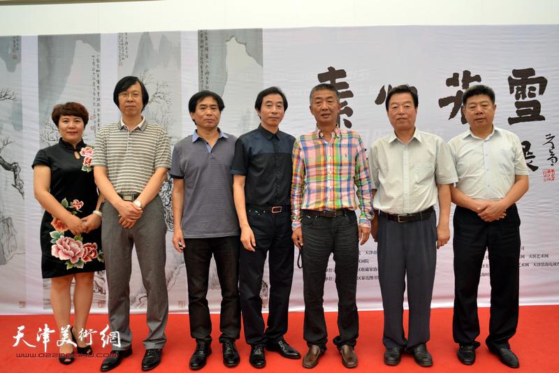 左起:甄永清、路洪明、肖培金、李孝萱、邓国源、杨建国、张养峰在画展现场。